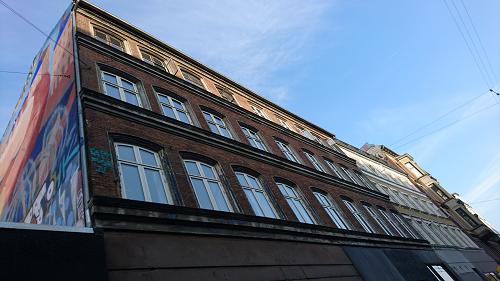 AB Virkliheden, cykelpigen, facade