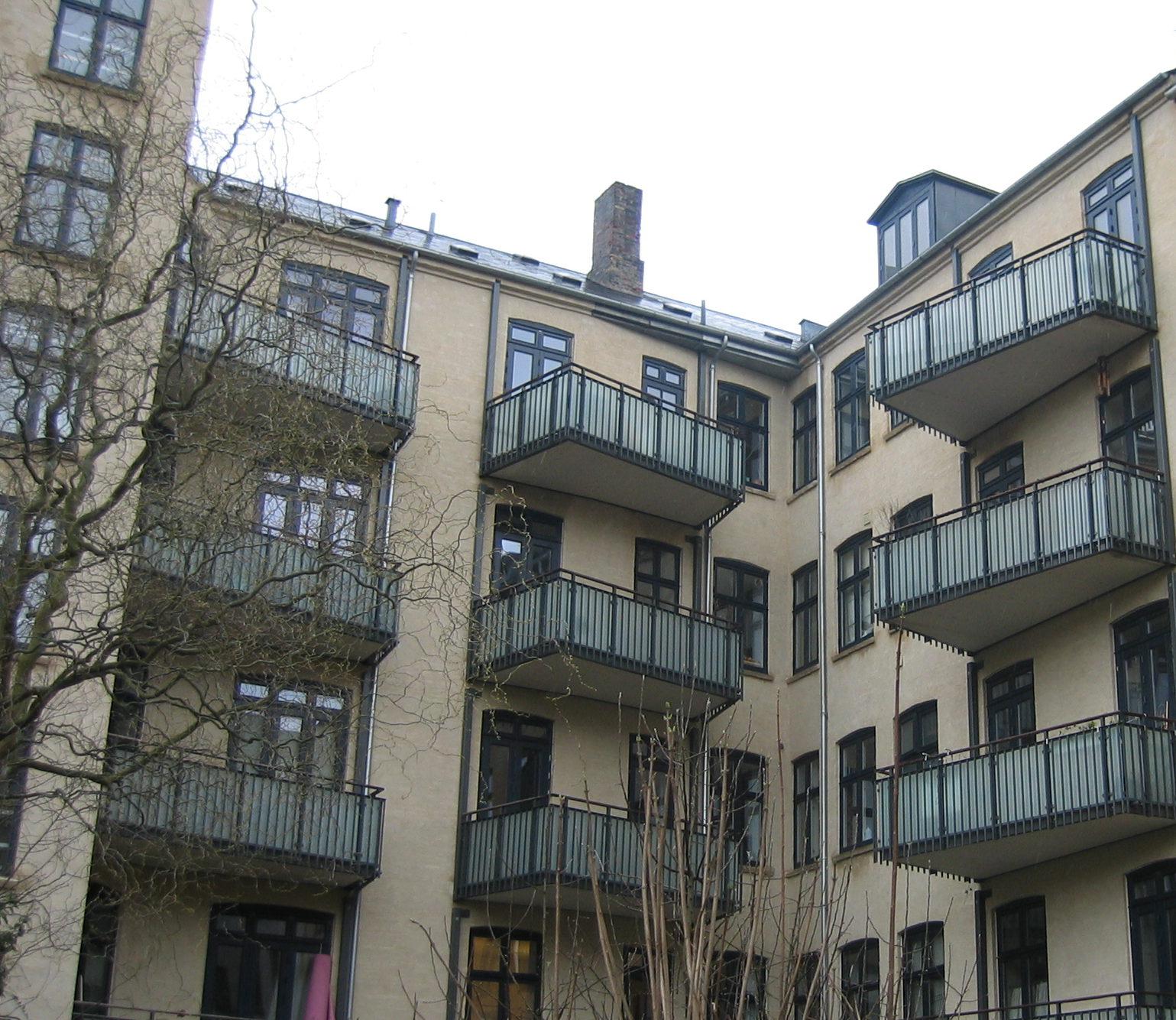 Andelsforening H.C. Ørstedsvej 39c med nyopførte altaner og renoveret gårdfacade